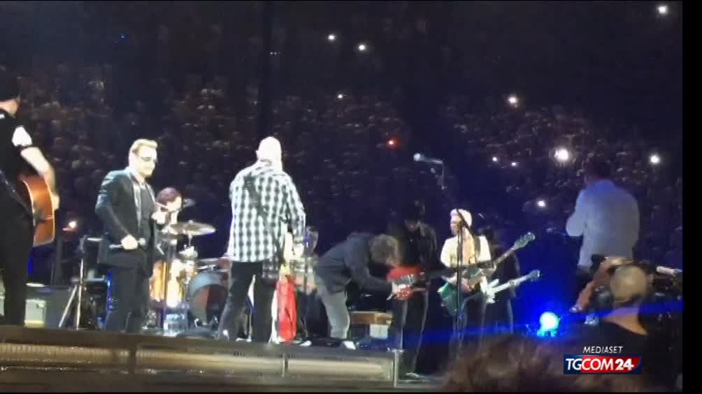 Eagles of Death Metal sul palco con gli U2