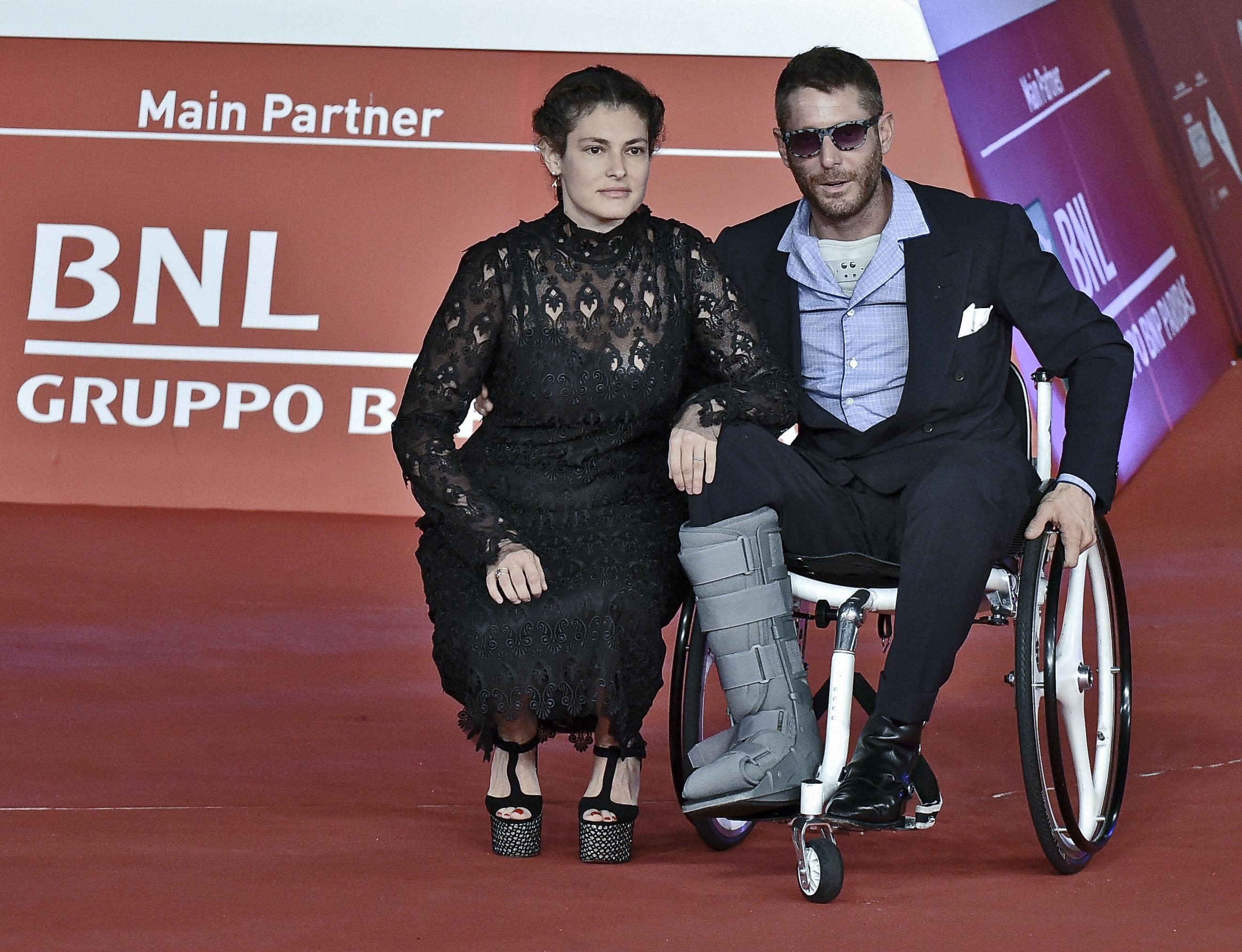 Sedie A Rotelle Roma : Lapo elkann sedia a rotelle e sigaretta sul red carpet del festival