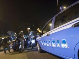 Roma amante bloccato sotto il letto chiama il 113 e viene salvato dalla polizia e successo a - Lo trovi sotto il letto ...