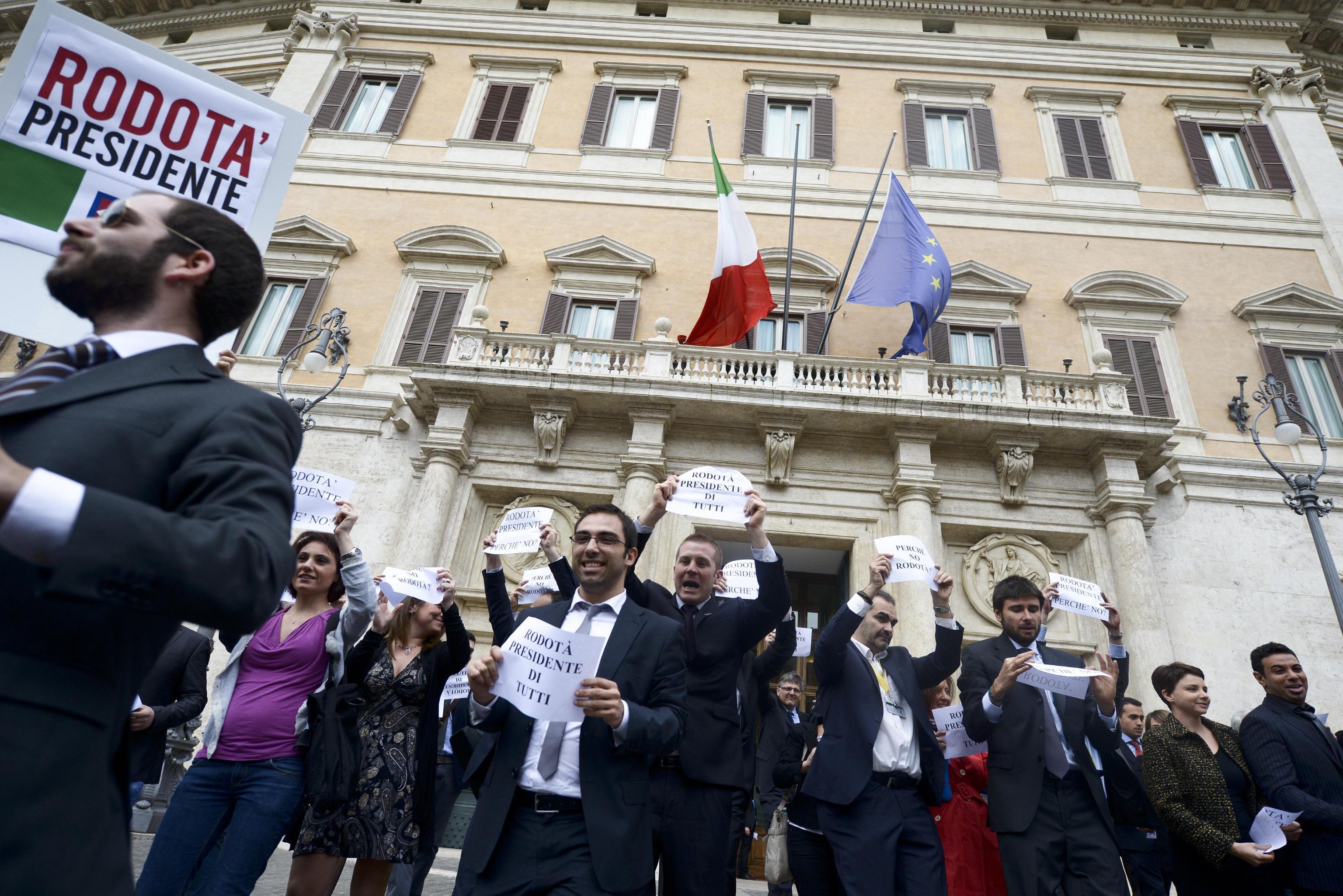 I parlamentari m5s protestano davanti a montecitorio for I parlamentari