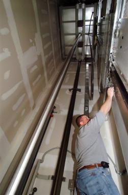 Napoli cade ascensore tre feriti cronaca tgcom24 - Costo ascensore interno 2 piani ...